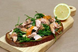 Losos sendvič sa salatom od rukole