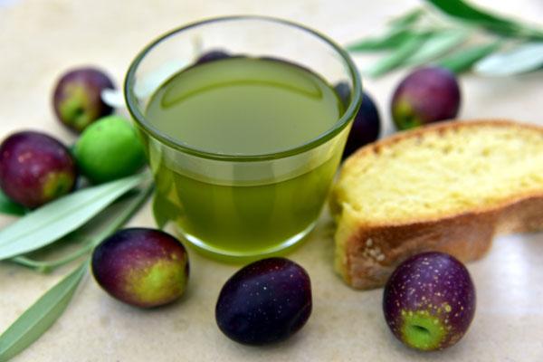 Maslinovo ulje - zelena boja maslinovog ulja dolazi od hlorofila
