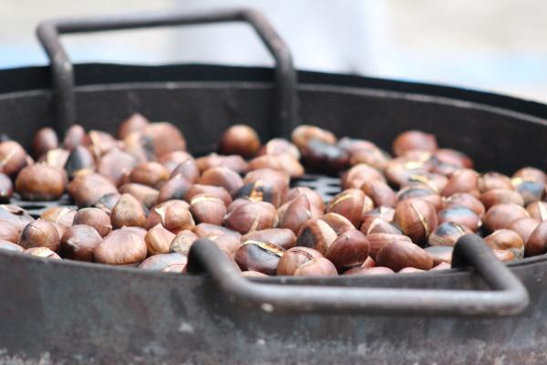 Popularno pečeno kestenje - ulična grickalica jeseni i zime