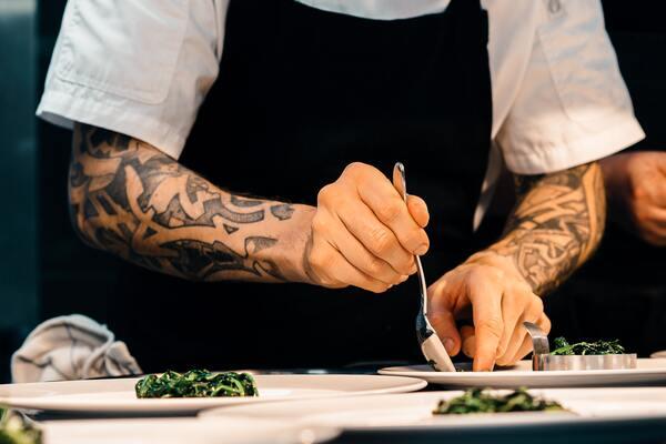 Iako su restorani ti kojima se dodeljuju zvezde, glavni kuvar zadužen za jelovnik i rad kuhinje je prava zvezda.